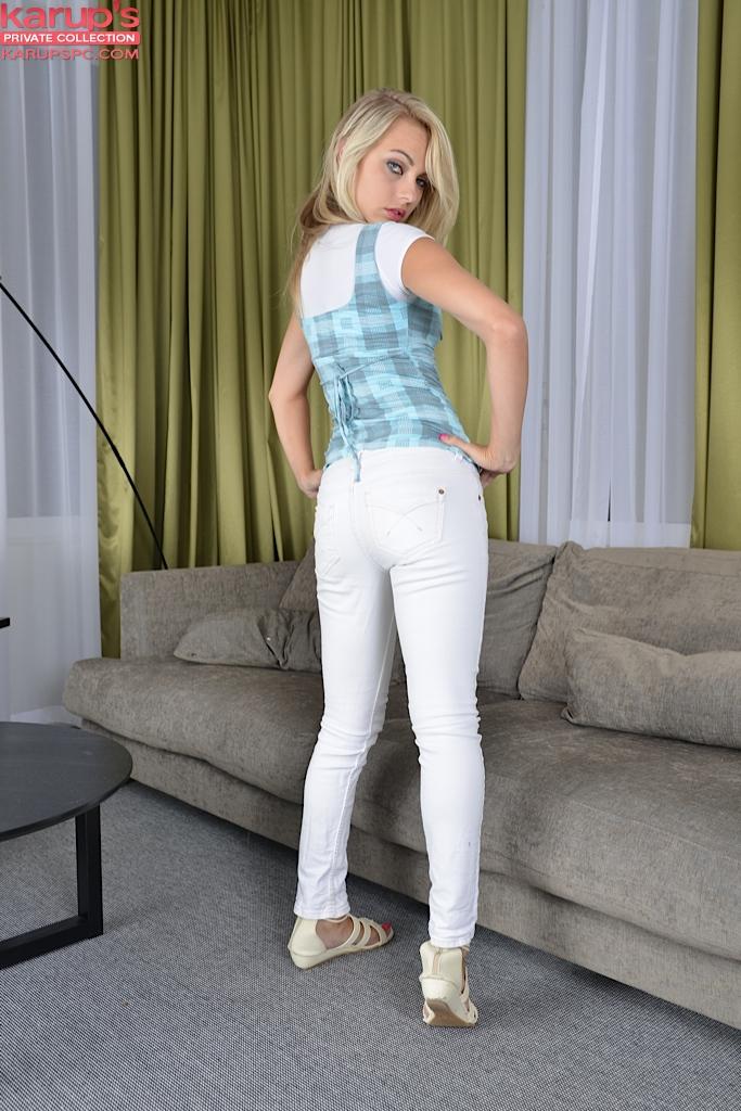 Смотреть Chloe снимает одежду онлайн